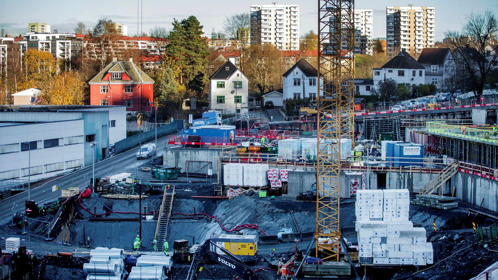 Obos bygger nye leiligheter i Kværnerbyen i Oslo, men boliginvesteringene ligger an til å falle i år.