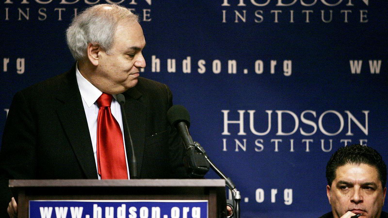 Den nykonservative tenkeren Richard Perle (til venstre) var en sterk tilhenger av en svært robust amerikansk utenrikspolitikk under president George W. Bush. Her på Hudson Institute i Washington D.C. i februar 2005. Til høyre, Entifadh Qanbar.