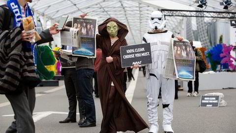 Aktivister fra Avaaz demonstrerte fredag i «Star Wars»-kostymer under klimamøtet i Paris, selv om utslippskutt bør være hverken fantasy eller science fiction. Foto: