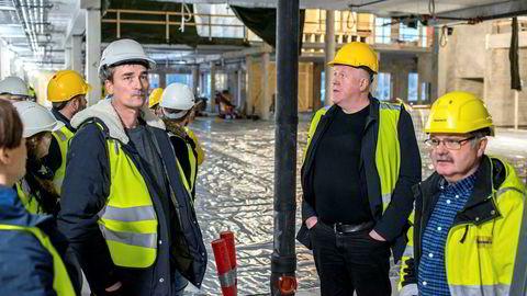 Konsulenten Kjell Kvam (midten) på omvisning i den nye skolen som bygges på Bjørnevatn i Sør-Varanger kommune. Kvam ledet prosessen med å velge entreprenør på oppdrag fra kommunen.