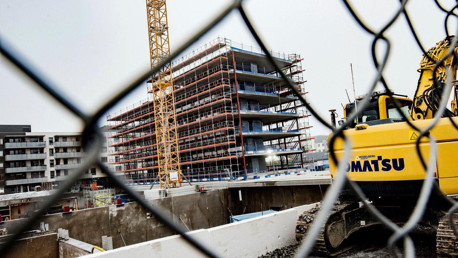 Den vanvittige utviklingen i boligmarkedet de siste årene skyldes en kombinasjon av lave renter og boligunderskudd. Det er ingen god grunn til å tro at problemene først og fremst skyldes spekulanter. Her fra en byggeplass på Løren.