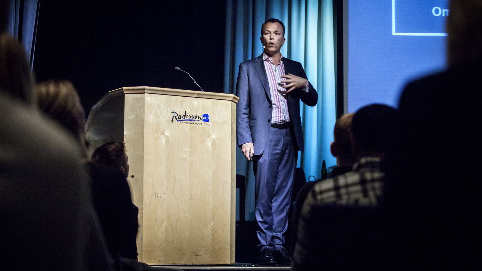 Nils M. Apeland er selv en profilert foredragsholder. Nå har han startet en tjeneste hvor prisene på norske foredragsholdere ligger åpent for alle. Her snakker han for handelsstudenter på Radisson Blu. Foto: Klaudia Lech
