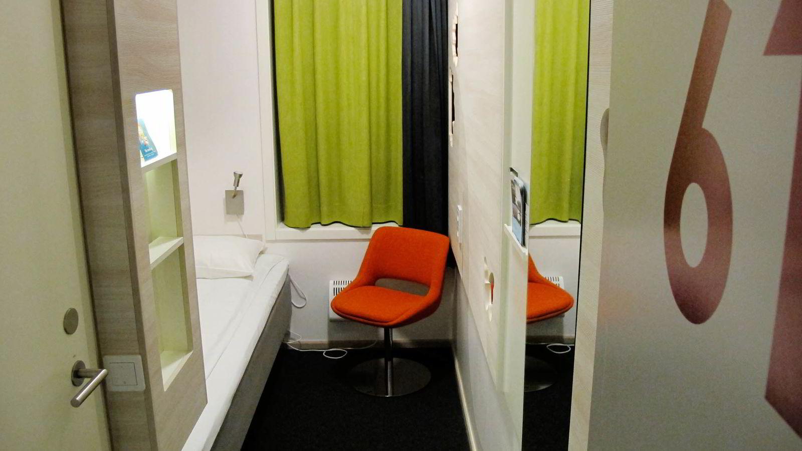 Hotellrommet er så lite at man nesten går og venter på høyttalerbeskjed om at «vi ankommer Kiel om en time».