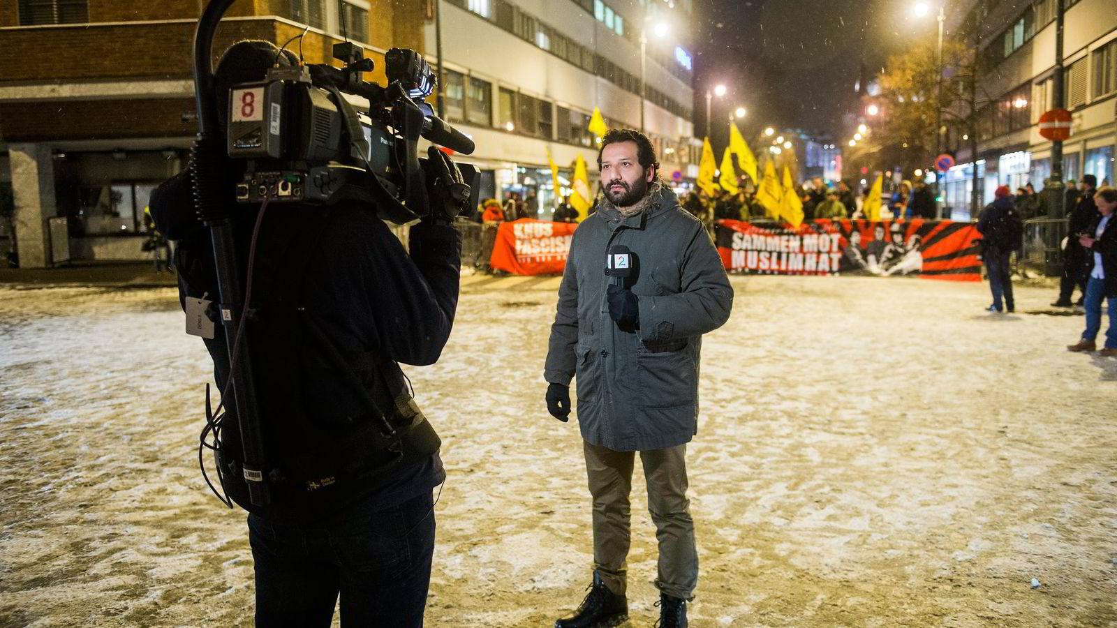 TV2 reporter Kadafi Zaman ble hetset på direkten utenfor Oslo rådhus under Pegida-demonstrasjonen i januar i år. Foto: Fredrik Varfjell /