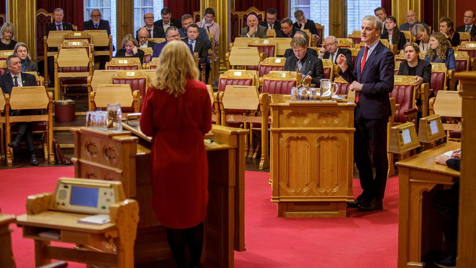 Ap-leder Jonas Gahr Støre beskylder regjeringen for å bevege seg bort fra arbeidslinjen. Arbeids- og sosialminister Anniken Hauglie (til venstre) svarer at Støre møter seg selv i døren.