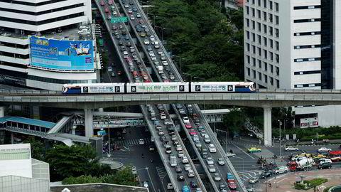 Uber sliter med å få fotfeste i de største metropolene i Sørøst-Asia fordi konkurransen er så stor. Avbildet er Skytrain som passerer over rushtrafikken i Bangkok i Thailand.