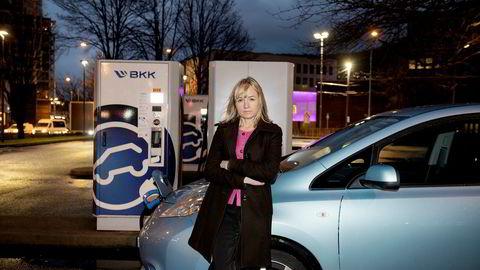 BKK-sjef Jannicke Hilland står ved BKKs store hurtigladestasjon for elbiler på Danmarks plass i Bergen.