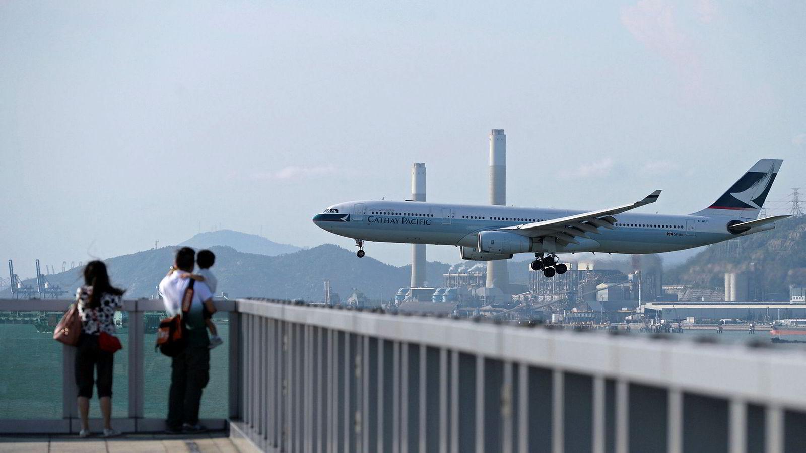 Ansatte i Hongkong-flyselskapet Cathay Harrier som støtter de pågående Hongkong-protestene forbys nå å fly til kinesisk fastland av kinesiske myndigheter.