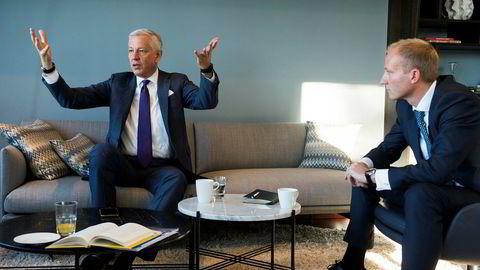 McKinseys toppsjef mener mange selskaper sliter med likestilling i ledelsen. – Vi kan ikke endre meritokratisystemet selv om man er kvinne. Da vil jeg bli hengt fra takene. Det har jeg blitt fortalt like tydelig som et slag i hodet: Ikke promoter oss raskere bare fordi vi er kvinner. Det vil de ikke, sier Dominic Barton (til venstre), her med partner Frithjof Norman Lund på Oslo-kontoret.