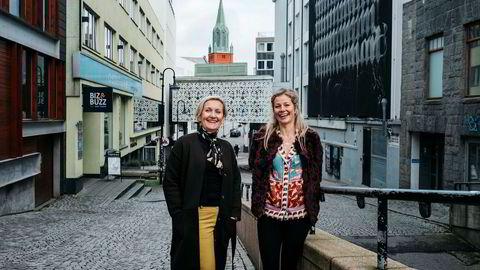 Anne Langeland Espedal, til venstre, har sammen med sin ektemann Harald Espedal kjøpt eiendom i Stavanger Sentrum den siste tiden. Eiendomssjef i Retail Stavanger, Anne Kristine Waage, til høyre.