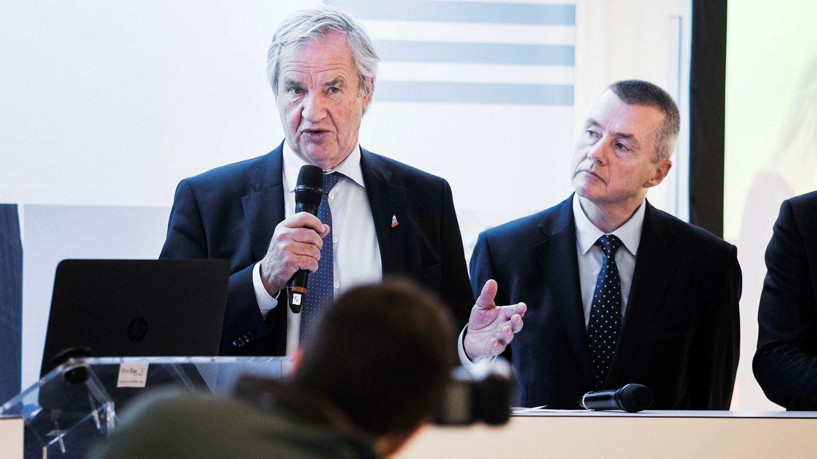 – Vi ønsker Norwegian lykke til. De har tydeligvis en utfordring i forsøket på å prøve å styrke balansen, og med å generere ytterligere kontanter, skriver IAG-sjef Willie Walsh (til høyre) i et brev til IAG-aksjonærene. Her sammen med Norwegian-sjef Bjørn Kjos.