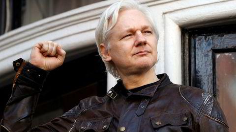 Julian Assange er innvilget statsborgerskap i Ecuador. Her hilser han på tilhengere utenfor Ecuadors ambassade i mai ifjor.