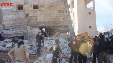 Dette skal være TV-bilder av ett av MSF-byggene som ble bombet i en provins i nordvestlige Syria. Foto: REUTERS/Social Media Website via