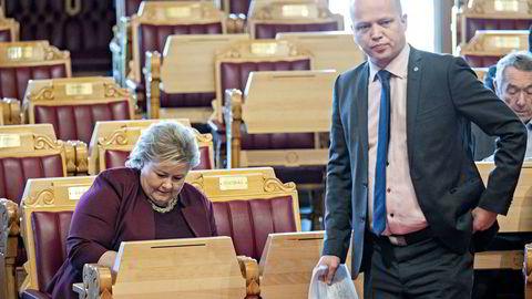 Trygve Slagsvold Vedum er lite imponert og krever at statsminister Erna Solberg legger frem regningen på regjeringsutvidelsen.