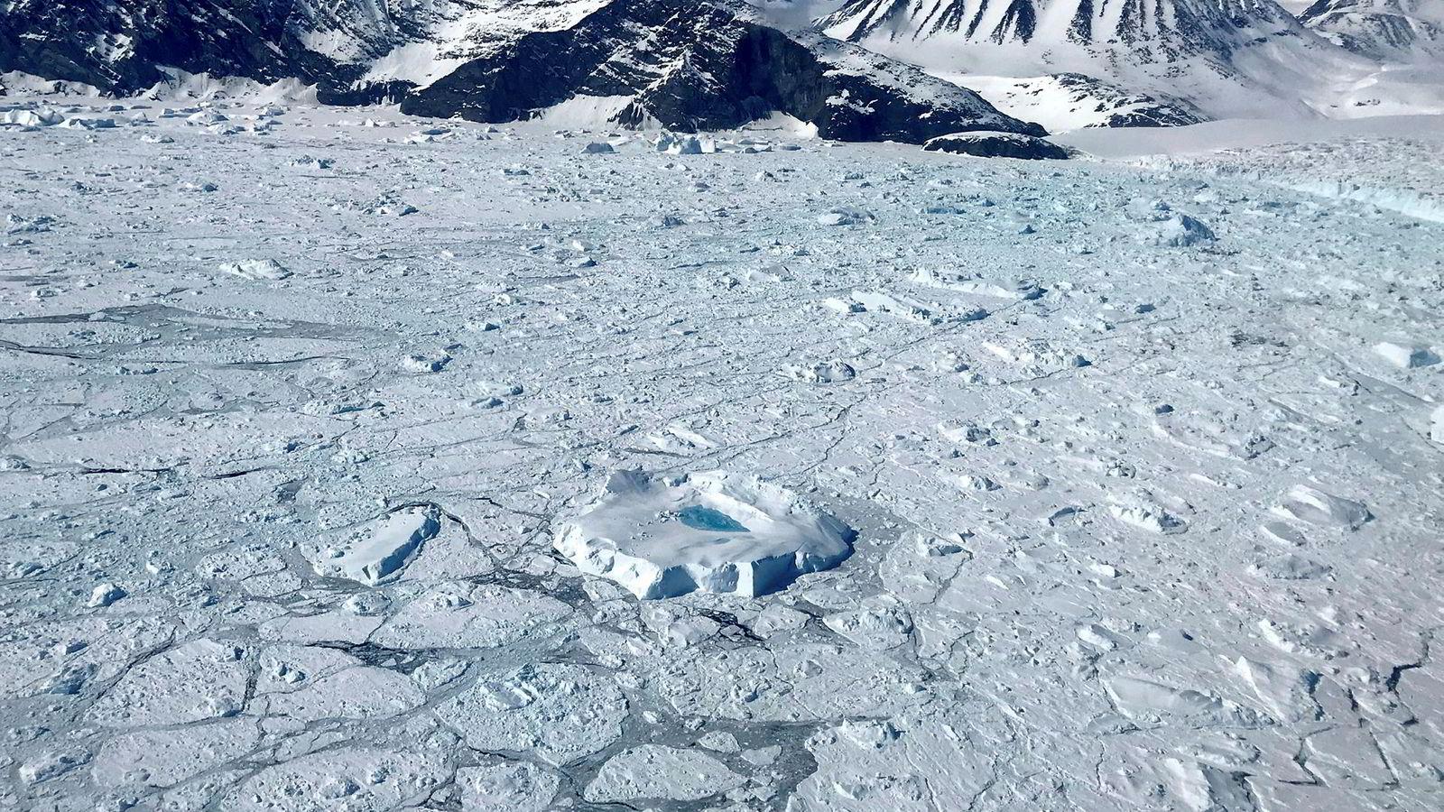 Det har vært 400 måneder på rad med unormalt høye temperaturer i verden. Her driver et isberg med en kulp av smeltevann utenfor Grønland.