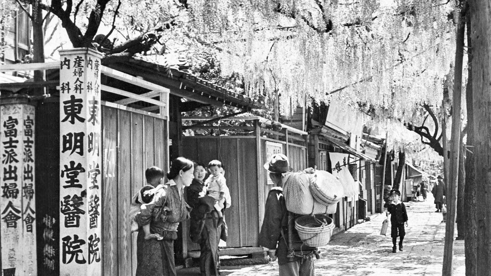 Etter USAs okkupasjon av Japan i 1945 satte amerikanerne i gang et omfattende program for omfordeling av inntekt, formue og makt mellom japanere i en skala som verden aldri før har sett. Her fra Keishagawa i Tokyo, 30. juli 1941.