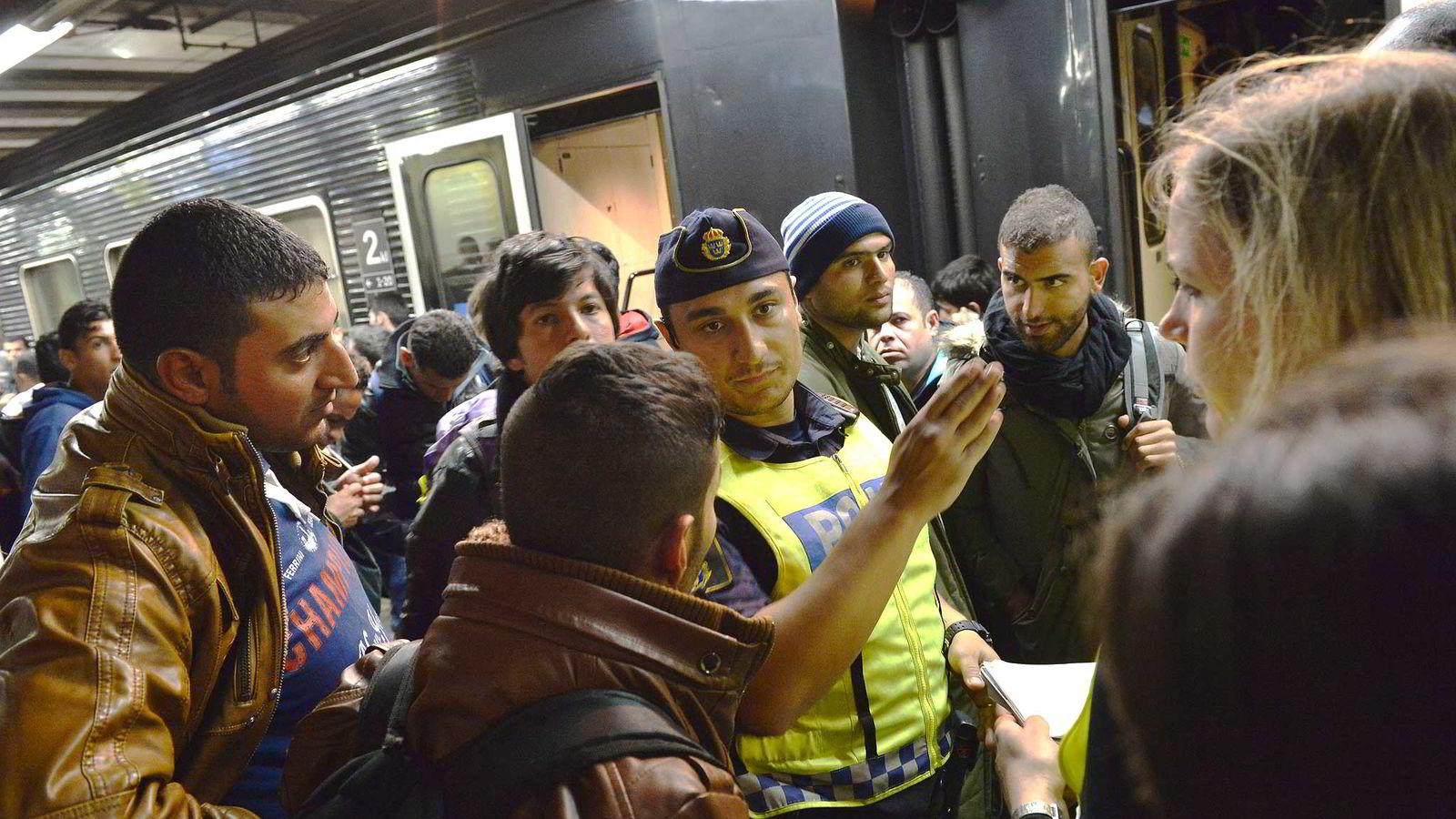 Flyktninger ankommer Stockholm Centralstasjon. Foto: Jonas Ekströmer, TT/