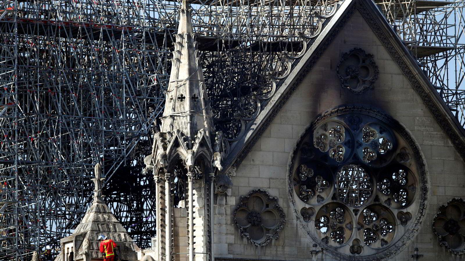 En brannmann beveger seg opp på en balkong i Notre-Dame onsdag, to dager etter den ødeleggende brannen i katedralen.