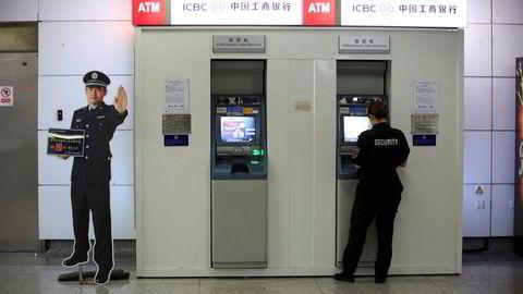 Bankansatt utnyttet en systemfeil til å ta ut penger fra minibanker uten at de ble registrert i systemene.