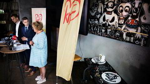 Ingen dj var på plass ved miksebordet da KrFs nestleder Kjell Ingolf Ropstad (fra venstre), leder Knut Arild Hareide og nestleder Olaug Bollestad oppsummerte stortingsåret på bar i Oslo. Foto: Per Thrana