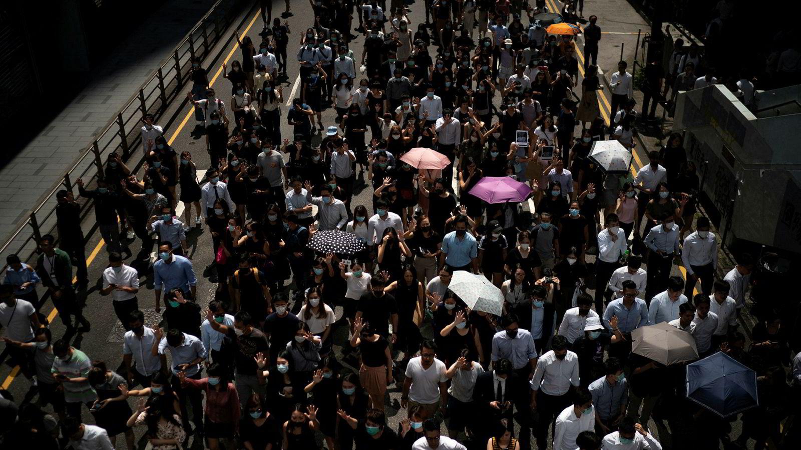 Onsdag demonstrerer igjen tusenvis av mennesker i Hongkong etter at en demonstrant for første gang ble skutt av politiet siden demonstrasjonene startet.
