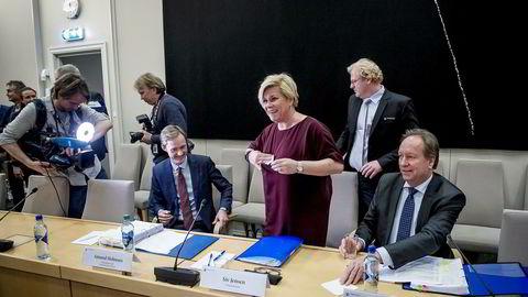 Finansminister Siv Jensen sølte farris før sin forklaring om SSB-saken for Stortingets kontrollkomite onsdag ettermiddag. Her med ekspedisjonssjef Amund Holmsen (t.v.) og finansråd Hans Henrik Scheel.