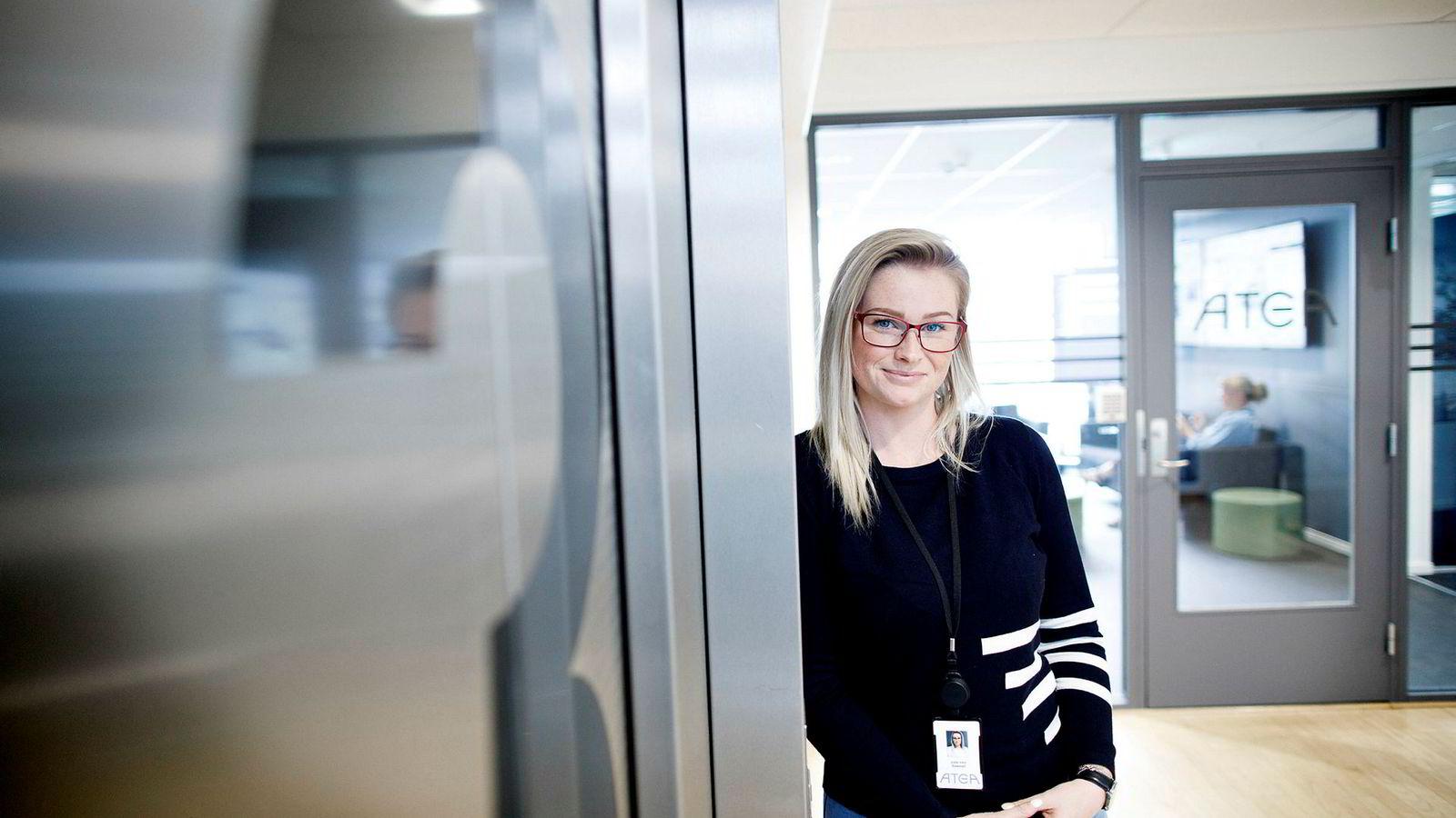 Julie Iren Saastad (25) har jobbet seg opp i Atea og leder en avdeling med 17 ansatte. – Jeg er langt fra utlært, men grunnverdiene mine om å se menneskene og legge til rette for at hver enkelt skal kunne utvikle seg og oppnå sine mål, kommer nok alltid til å være en av mine viktigste lederegenskaper, sier hun.