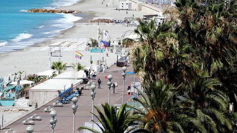 Det var nærmest folketomt langs den kjente strandpromenaden i Nice sentrum fredag. Foto: Valery Hache/AFP/NTB Scanpix
