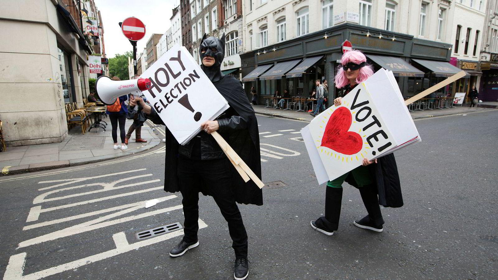 Samboerne Jess Search (Batman) og Beadie Finzi (Robin) vandrer rundt i Londons gater for å oppfordre unge til å stemme i torsdagens parlamentsvalg.