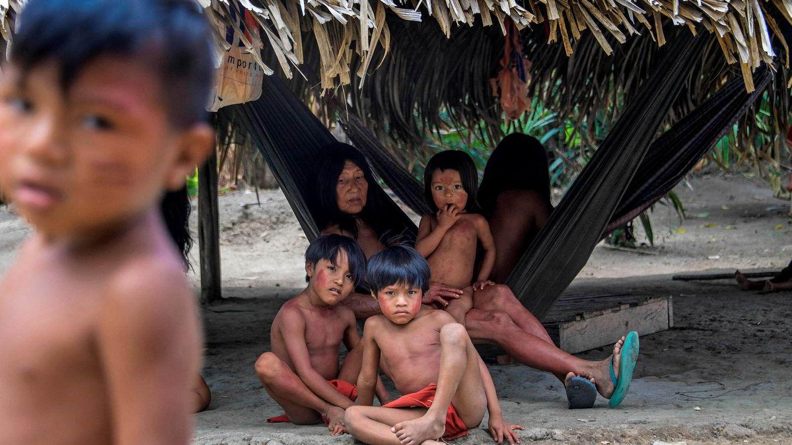 Som store investorer kan Equinor og Hydro ha innflytelse på Brasils politikk når det gjelder miljø, regnskog, og urbefolkning. Her er medlemmer av Waiapi-stammen i Manilha i Waiapi-reservatet i Brasil.