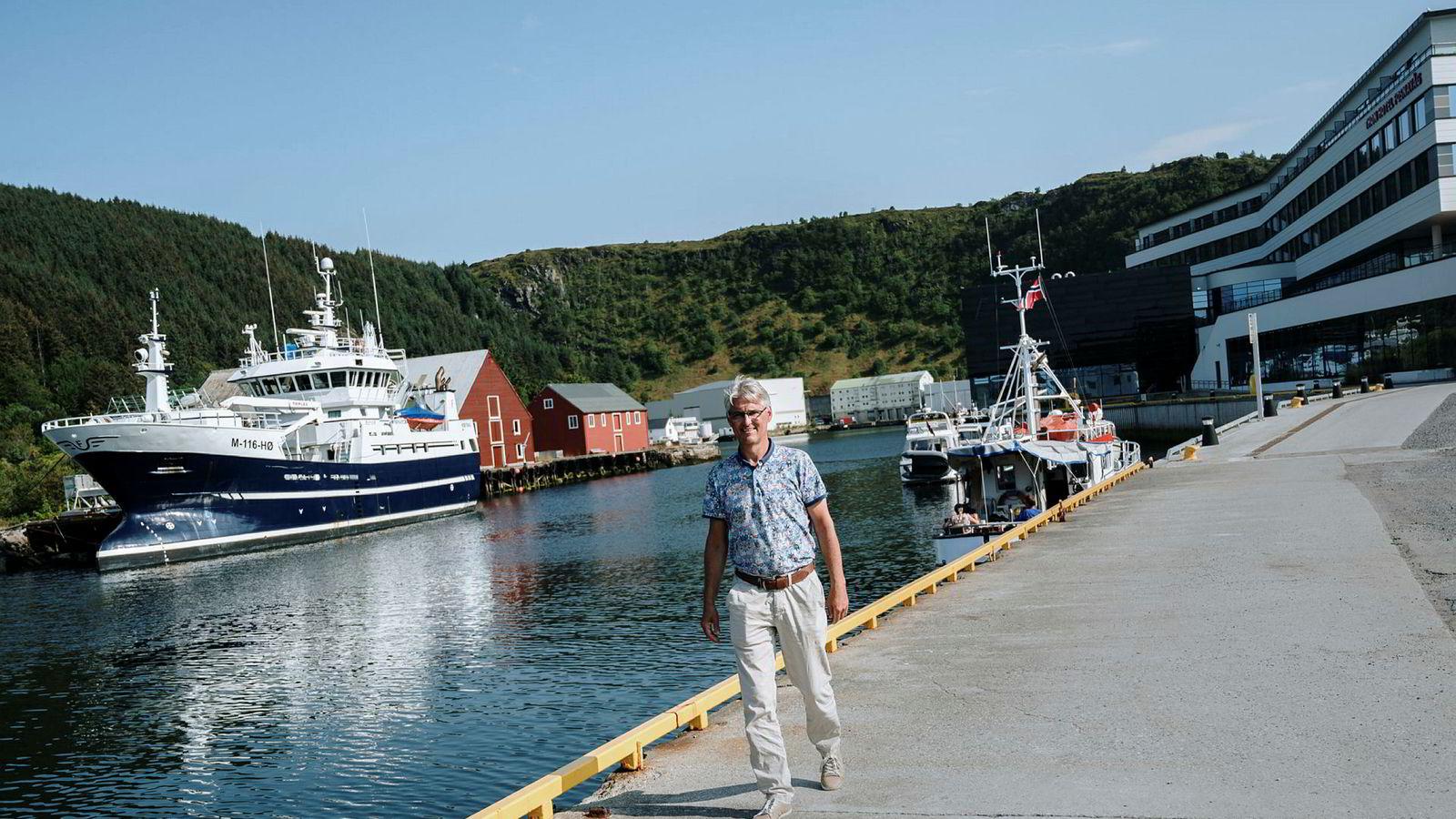 Herøy kommune har en av landets største lønnsforskjeller mellom menn og kvinner. Til DN fortalte ordfører Arnulf Goksøyr at han er «stolt over tradisjonene i samfunnet og håper vi kan ta det med videre». Det er rystende holdninger mener artikkelforfatteren.