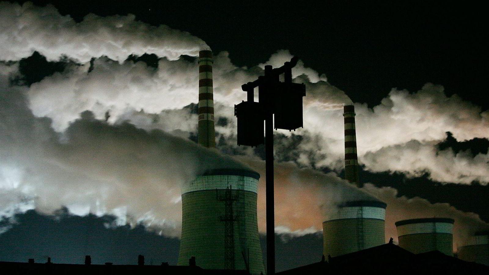 Systemet med karbonfotavtrykk er ikke perfekt, fordi det ikke gir landene noen grunn til å rydde opp i sin eksport. Kina kan for eksempel bruke skitten, kullbasert elektrisitet til å produsere en Iphone som selges i Norge, skriver artikkelforfatterne. Her fra et kullkraftverk i utkanten av byen Datong i Nord-Kina. Foto: Jason Lee, Reuters/NTB Scanpix