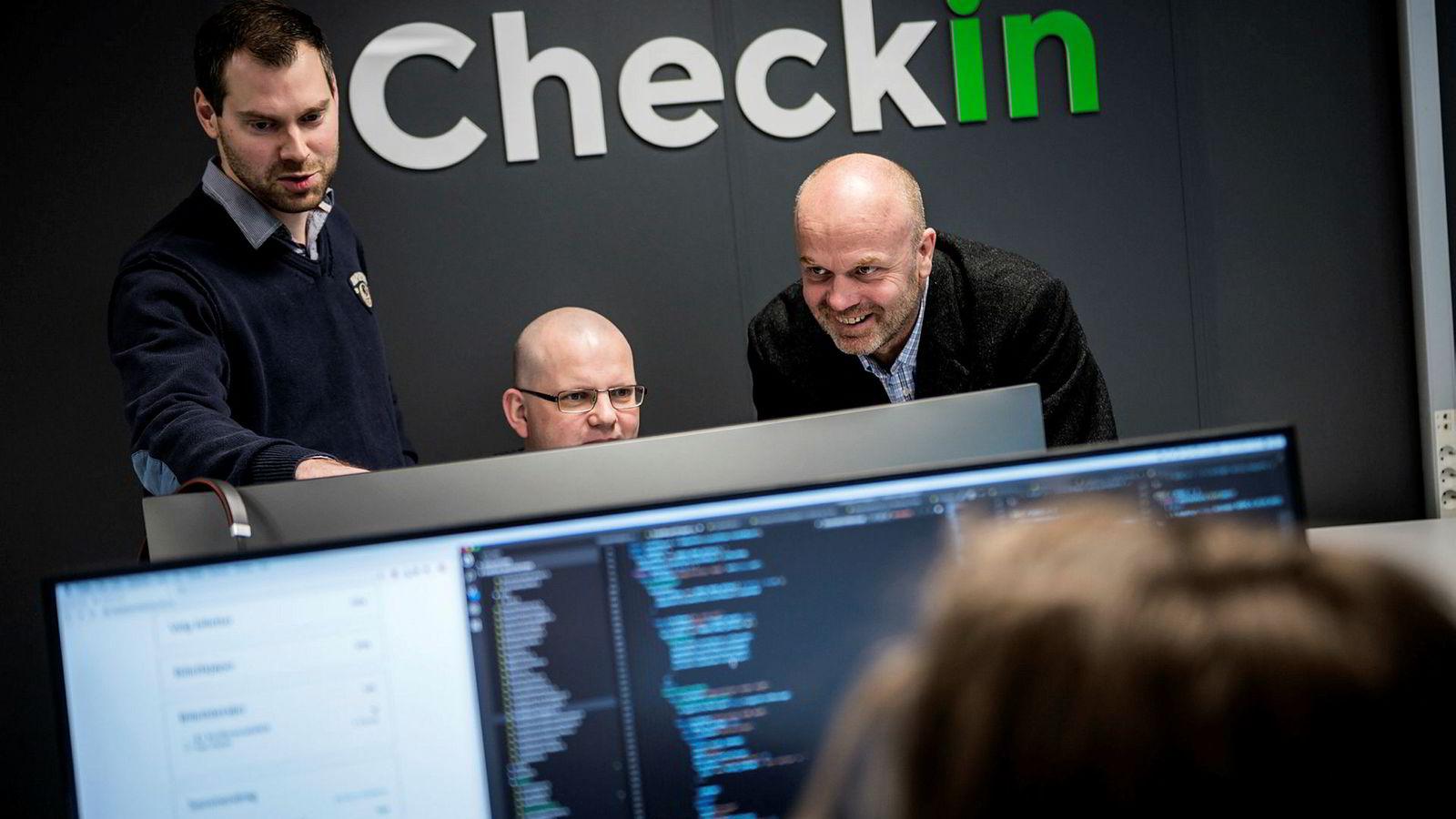 For to år siden var gründeren Kristian Løining (til venstre) alene. Nå har selskapet snart ti ansatte. Sigmund Brocks i midten og styreleder og økonomiprofessor Roy Mersland til høyre.