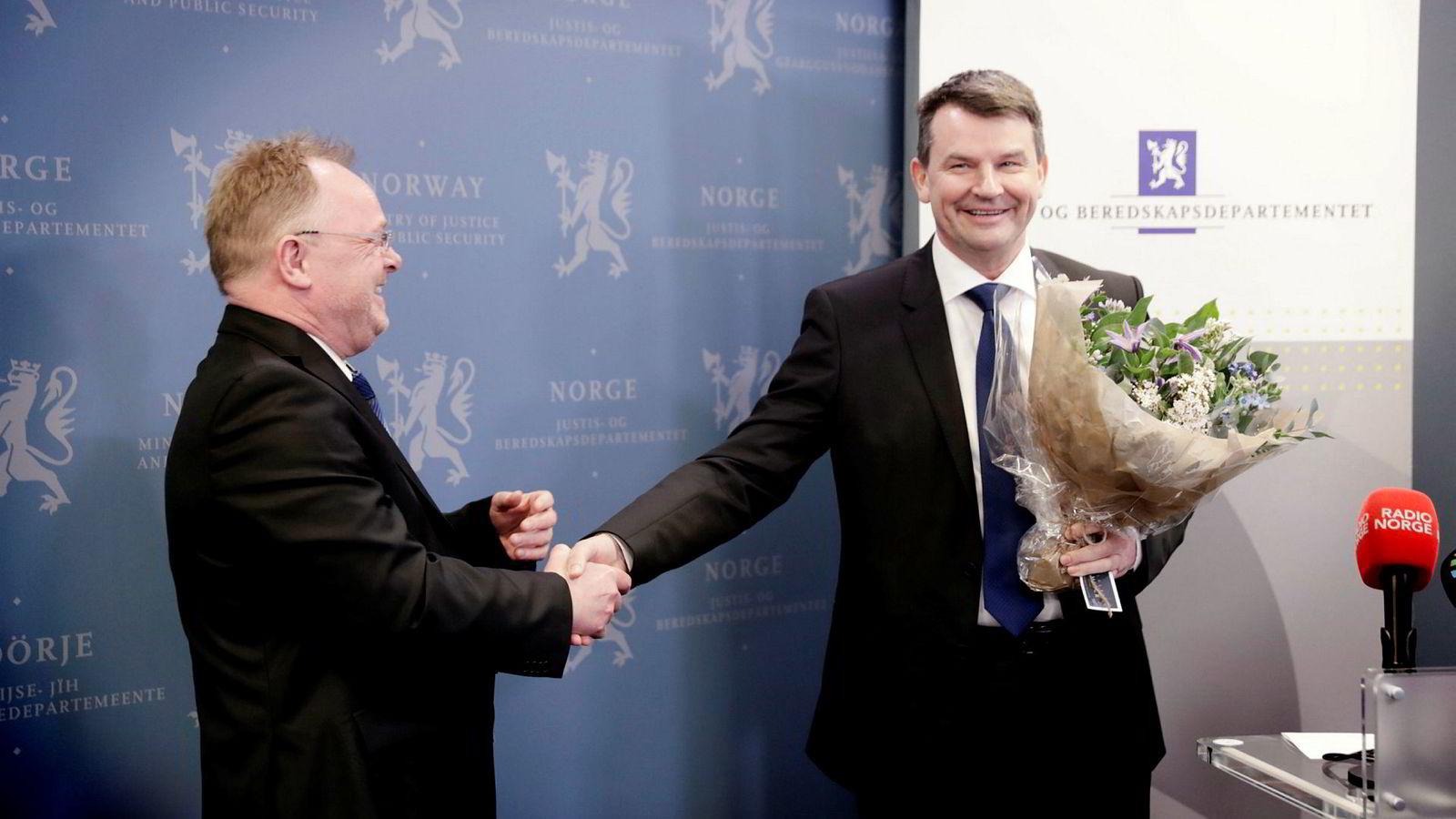 Ok, han er god til å kommunisere, men klarer han å styre Politidirektoratet? Tor Mikkel Wara gikk onsdag fra First House til Justisdepartementet, der han overtok etter justisministervikar Per Sandberg (til venstre).