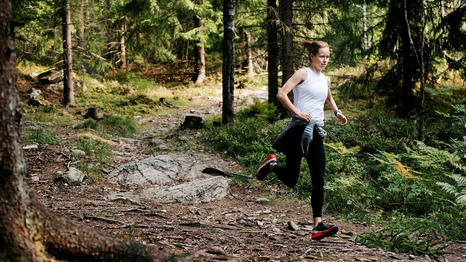 Friidrettsutøver Silje Fjørtoft konkurrerer mest på bane, men løper mye på sti både høst og vår. – Stiene et er et supert underlag for alle løpere, og mye mer skånsomt for kroppen enn løping på hardpakket grus eller asfalt.