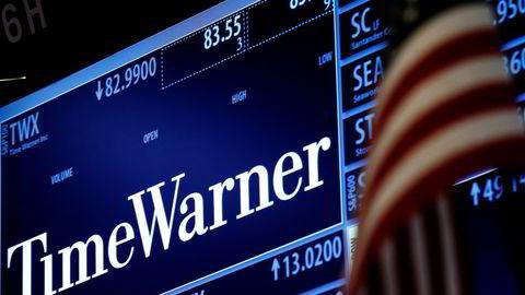 Time Warner-tickeren lyser opp på New York-børsen fredag. Foto: Brendan McDermid/