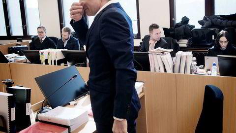 Det var ingen hjertelig stemning mellom investoren Alfred Ydstebø (foran) og Kjetil Andersen (bak til høyre) da Ydstebø vitnet i Stavanger tingrett. Ydstebø har saksøkt Andersen for 130 millioner kroner.