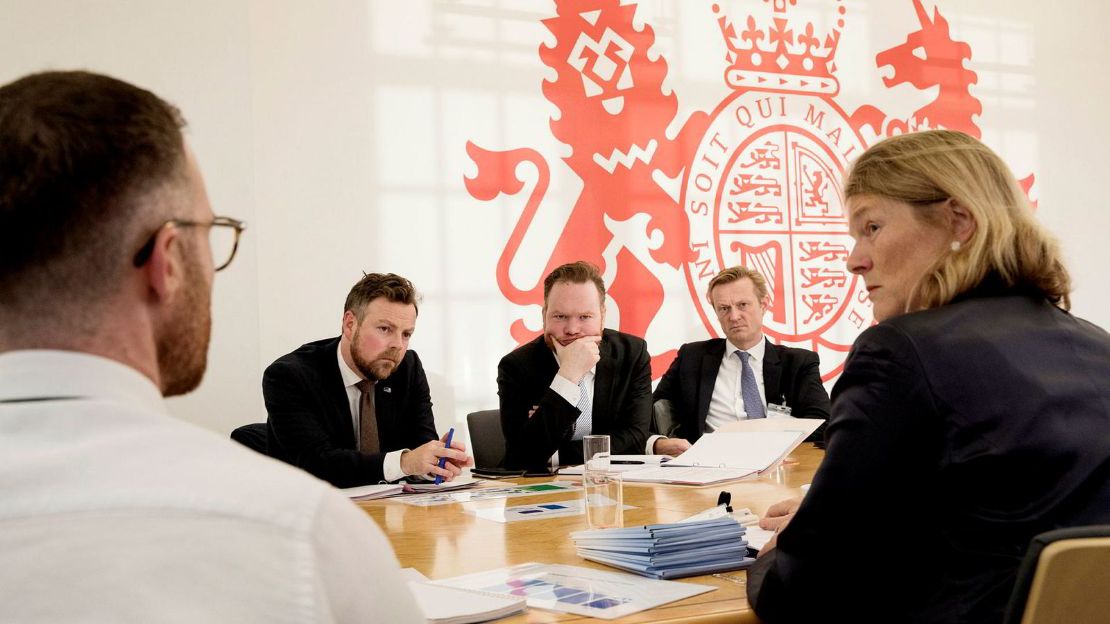 Innimellom Brexit-samtalene i London mandag, møtte næringsminister Torbjørn Røe Isaksen (til venstre) det britiske dagligvareombudet Christine Tacon (til høyre).