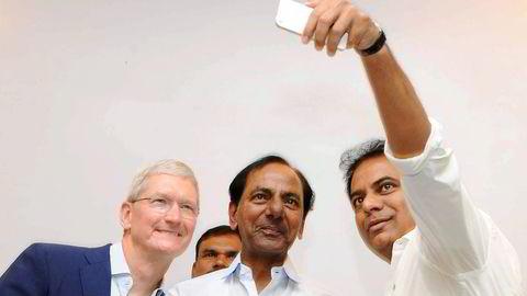 Apple-sjef Tim Cook (fra venstre) tar en selfie sammen med Telangana-sjef K. Chandrashekar Rao og it-minister KT Rama Rao da de innviet et nytt Apple-kontor i Hyderabad. Foto: AFP/NTB Scanpix