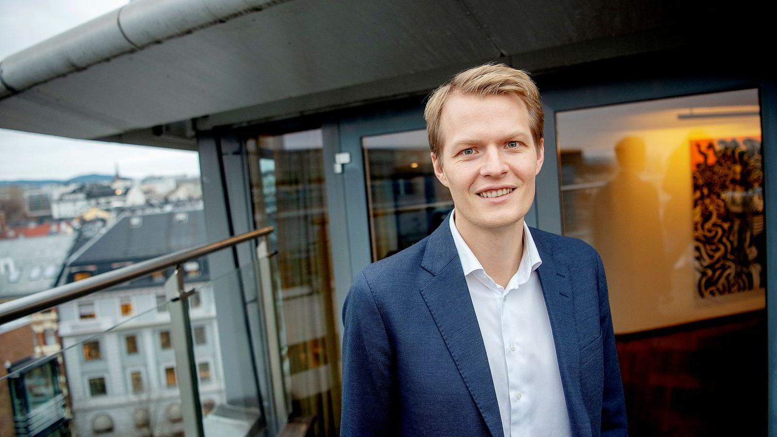 – Den klassiske modellen tilsier at kronen er merkelig svak, men det synes ikke vi det er belegg for å si, forklarer seniorøkonom Kjetil Martinsen i Swedbank.