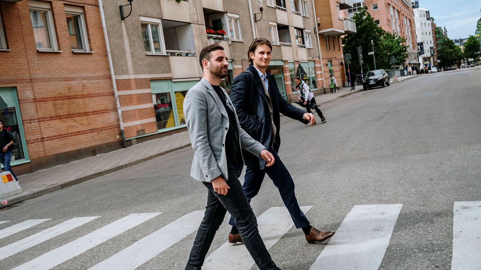 Fra venstre: Thomas Neslein, styreleder i Nip og daglig leder Hicham Chahine i Nip i de nye spillokalene de bygger i Stockholm. De to nordmennene møttes i Formuesforvaltning, og styrer i dag en av e-sportens største merkevarer.