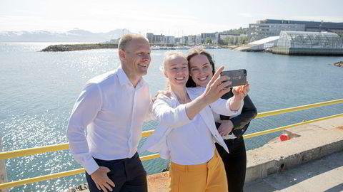 Administrerende direktør Matts Johansen i Aker BioMarine blir med på en selfie på kaia i Tromsø sammen med direktør for bærekraft Runa Haug Khoury (i midten) og kommunikasjonssjef Ingeborg Tennes.