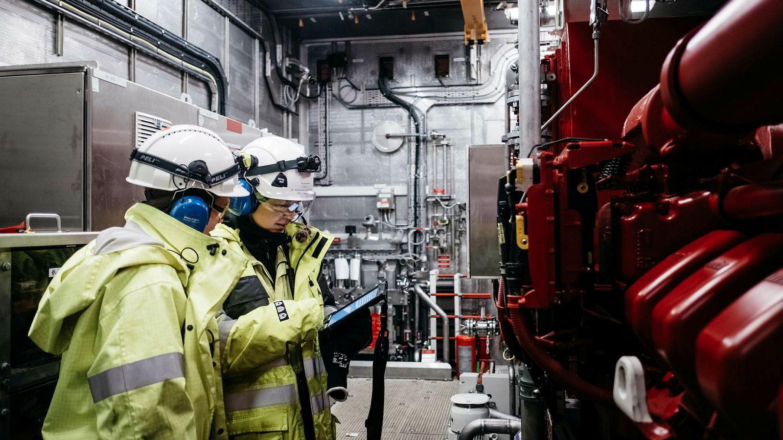 Prosessoperatørene Yvonne Calder og Linn Cecilie Rødland bruker Ipad og en digital tvilling av Johan Sverdrup-installasjonen for å lettere finne frem på den flunkende nye installasjonen i Nordsjøen.
