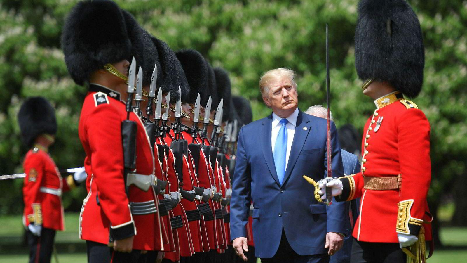 USAs president Donald Trump var på besøk i London mandag og her inspiserer han æresgarden utenfor Buckingham Palace.