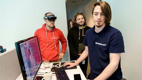Programmerer i teknologiselskapet Pointmedia, Filip Cubrilo, viser frem sin AR-Løsning som gjør det mulig å studere menneskekroppen i detalj. I bakgrunnen står gründer Jo Jørgen Stordal (til venstre) og prøver løsningen med AR-briller, sammen med medgründer Anders Oneiros.