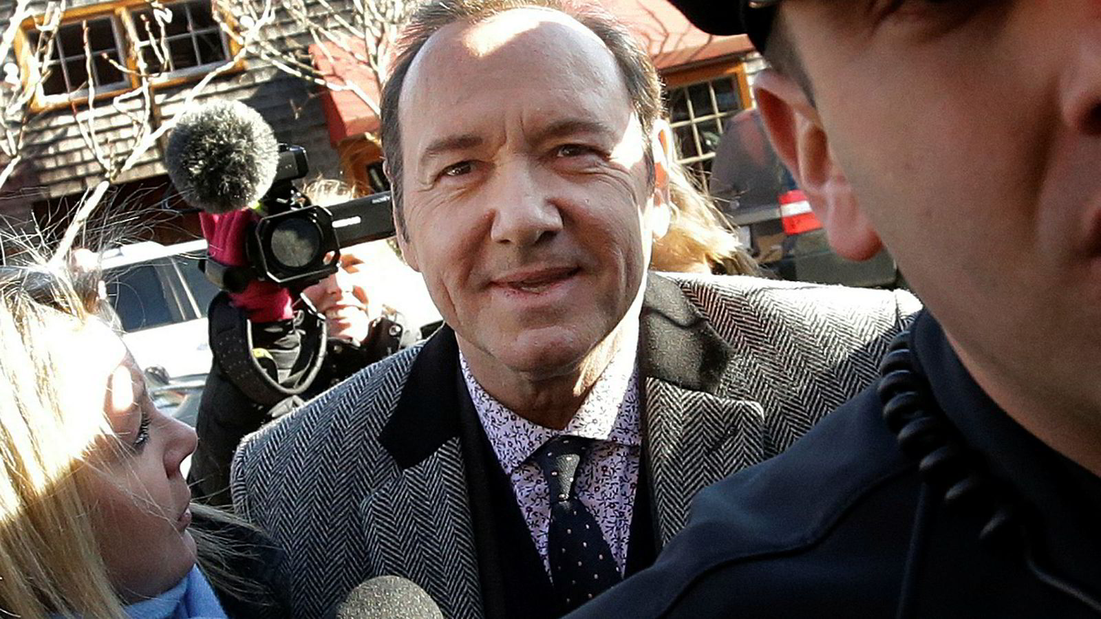 Kevin Spacey ankommer rettshøringen mandag.