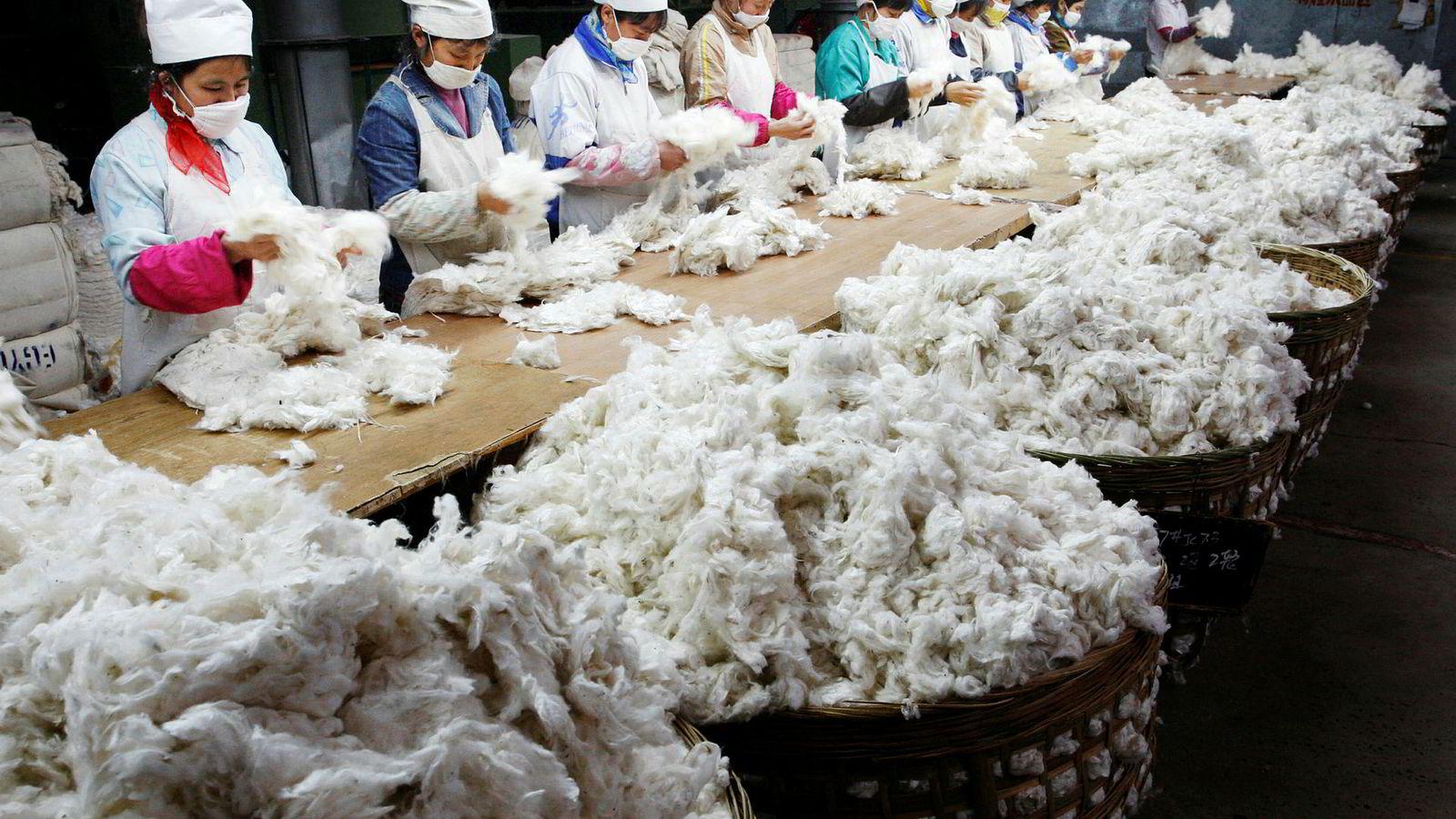 For 20 år siden flyttet internasjonale selskaper produksjonen til Kina for å utnytte de lave fabrikkarbeiderlønningene, men nå er flere selskaper bekymret over det økende kostnadsnivået. Her fra en tekstilfabrikk i Sichuan i Kina.