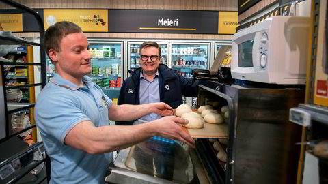 «Mat på farten» er noe kjededirektør Håvard Jensen i Coop satser på i sine «nye» Coop Prix butikker. Butikksjef Erdal Krckov gjør klar ett brett boller til steking i pilotbutikken i Oslo.
