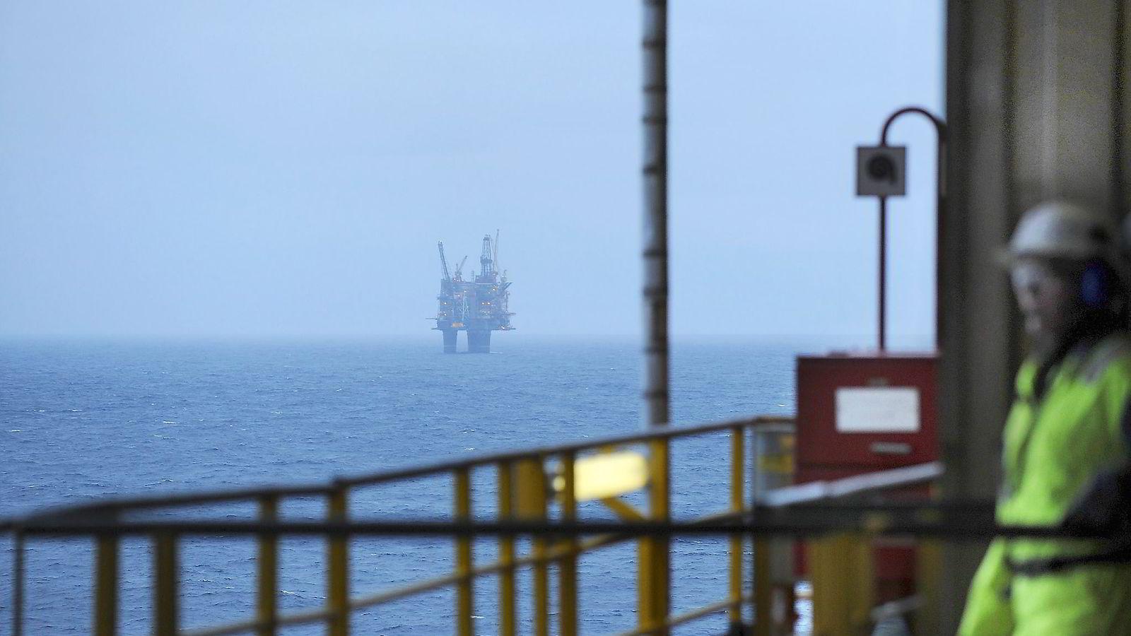 Med oljeprisfall og aukande arbeidsløyse er det viktig med innovasjon og nye investeringar. Auka utbytteskatt kan gjere det endå vanskelegare, skriver artikkelforfattarane. Foto: Harald Pettersen, Statoil