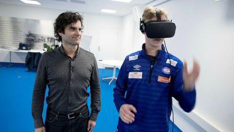 Be Your Best-gründer Odd Skarheim observerer Sakarias Opsahl fra akademiet til Vålerenga teste beslutningsevnen sin på banen i virtuell virkelighet (VR). Foto: Øyvind Elvsborg